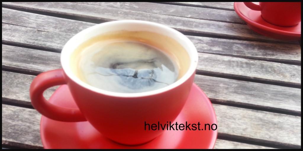 Bilete av ein raud kopp fylt med kaffi.